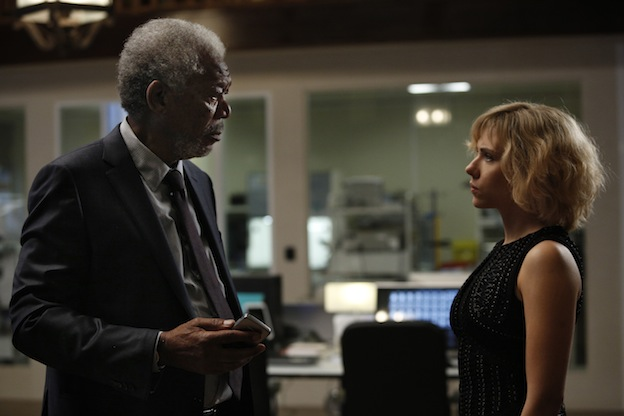Morgan Freeman et Scarlett Johansson dans Lucy de Luc Besson / Photos Jessical Forde © EuropaCorp - TF1 Films Production - Grive Productions