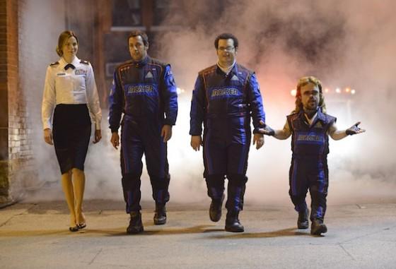 Violet Van Patten (Michelle Monaghan), Sam Brenner (Adam Sandler), Ludlow Lamonsoff (Josh Gad) et Eddie Plant (Peter Dinklage) dans Columbia Pictures' PIXELS.