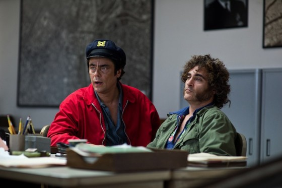 Benicio del Toro et Joaquin Phoenix dans Inherent Vice de Paul Thomas Anderson