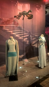 Expo Game of Thrones - Robe de Khaleesi et de Missandei, avec le dragon