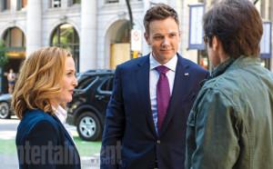 Gillian Anderson, Joel McHale et David Duchovny dans X-Files saison 10