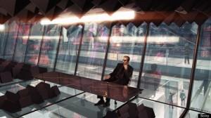 John Carlyle (William Fichtner) assis dans son bureau chez Armadyne