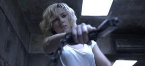 Scarlett Johansson dans Lucy de Luc Besson / Photos Jessical Forde © EuropaCorp - TF1 Films Production - Grive Productions
