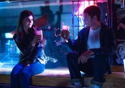 Anton Yelchin et Alexandra Daddario dans Burying The Ex de Joe Dante