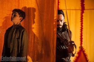 Levi Miller et Hugh Jackman dans Pan de Joe Wright