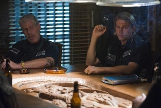 Charlie Hunnam et Ron Perlman dans Sons of Anarchy sur FX