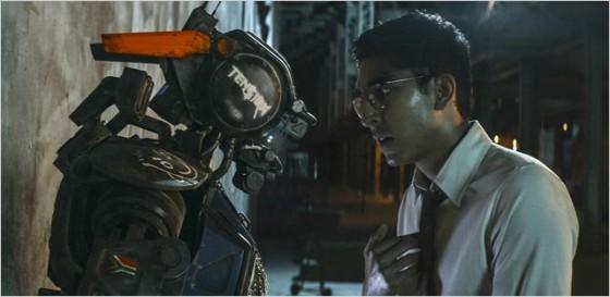 Dev Patel et Sharlto Copley (le robot) dans Chappie de Neill Blomkamp