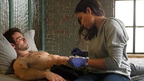 Charlie Cox (Daredevil) et Rosario Dawson (Claire Temple) dans Daredevil diffusee sur Netflix