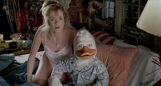 Ed Gale (Howard) et Lea Thompson dans Howard the Duck