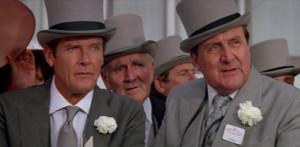 Patrick Macnee et Roger Moore dans Dangereusement Votre