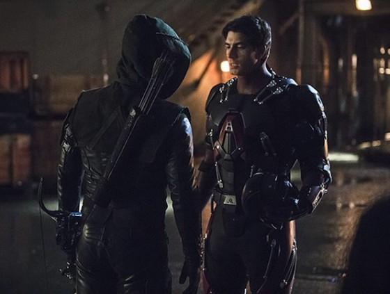 Arrow (Stephen Amell) et Ray Palmer (Brandon Routh) dans Arrow sur The CW