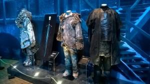 Le coin des sauvageons, avec le costume de Sauvageon de Jon Snow au milieu et son épée, Grand-Griffe - Expo GoT