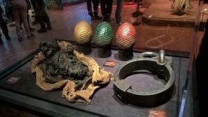 Les trois oeufs de dragon, une de leur victime et un collier / Expo GoT