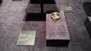 La broche de la Main du Roi, qui ne porte visiblement jamais chance à son récipiendaire - Expo GoT
