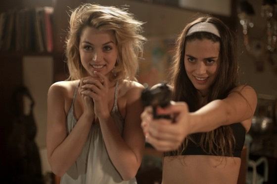 Ana de Armas et Lorenza Izzo dans Knock Knock de Eli Roth