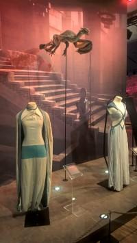 Expo Game of Thrones - Robe de Khaleesi et de Missandei, avec le dragon