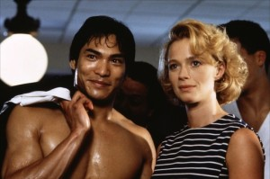 Jason Scott Lee et Lauren Holly dans Dragon, l'histoire de Bruce Lee de Rob Cohen