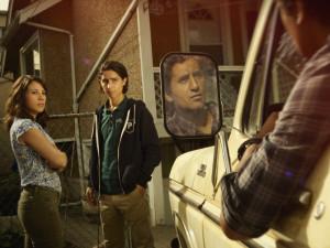 Cliff Curtis, Elizabeth Rodriguez et Lorenzo James Henrie dans Fear the Walking Dead