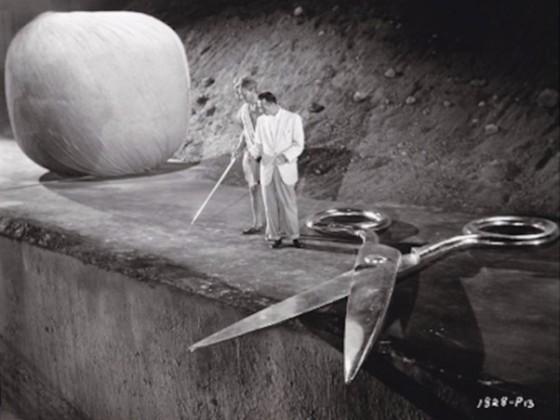 L'Homme qui rétrécit / The Incredible Shrinking - Man Grant Williams et Jack Arnold sur le tournage de son film (1957). Deux épreuves argentiques d'époque (19×24 cm et 20,5×25,5 cm, marges comprises) - Estimation 400 euros