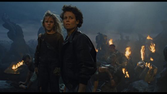 Carrie Henn (Newt) et Sigourney Weaver (Ripley) dans Aliens de James Cameron (1986)