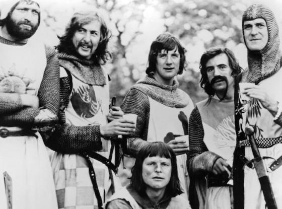 Graham Chapman, Eric IDle, Michael Palin, Terry Jones, John Cleese et Terry Gilliam au centre - Sacree Graal (1975)
