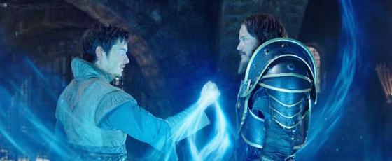 À droite : Travis Fimmel (Lothar) - Warcraft le commencement